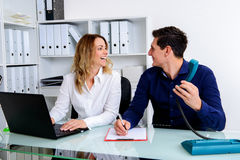 Επιχειρηματίας και επιχειρηματίας που εργάζονται μαζί στο γραφείο Στοκ Εικόνα