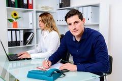 Επιχειρηματίας και επιχειρηματίας που εργάζονται μαζί στο γραφείο Στοκ Εικόνες