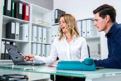 Επιχειρηματίας και επιχειρηματίας που εργάζονται μαζί στο γραφείο Στοκ Φωτογραφία