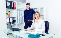 Επιχειρηματίας και επιχειρηματίας που εργάζονται μαζί στο γραφείο Στοκ εικόνες με δικαίωμα ελεύθερης χρήσης