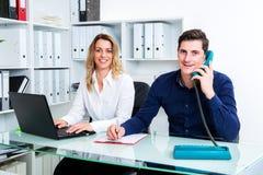 Επιχειρηματίας και επιχειρηματίας που εργάζονται μαζί στο γραφείο Στοκ φωτογραφία με δικαίωμα ελεύθερης χρήσης