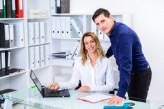 Επιχειρηματίας και επιχειρηματίας που εργάζονται μαζί στο γραφείο Στοκ Φωτογραφίες