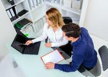 Επιχειρηματίας και επιχειρηματίας που εργάζονται μαζί στο γραφείο Στοκ φωτογραφίες με δικαίωμα ελεύθερης χρήσης