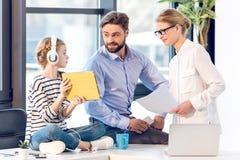 Επιχειρηματίας και επιχειρηματίας που εργάζονται με τα έγγραφα και το lap-top Στοκ Εικόνες