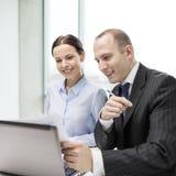 Επιχειρηματίας και επιχειρηματίας που διοργανώνουν τη συζήτηση Στοκ εικόνα με δικαίωμα ελεύθερης χρήσης