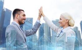 Επιχειρηματίας και επιχειρηματίας που κάνουν υψηλά πέντε Στοκ Εικόνες