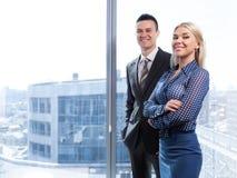 Επιχειρηματίας και επιχειρηματίας που στέκονται στο γραφείο Στοκ Φωτογραφίες