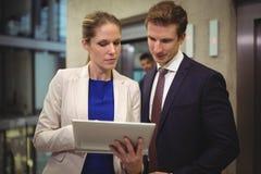 Επιχειρηματίας και επιχειρηματίας που χρησιμοποιούν την ψηφιακή ταμπλέτα Στοκ φωτογραφίες με δικαίωμα ελεύθερης χρήσης