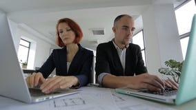Επιχειρηματίας και επιχειρηματίας στα κοστούμια που κάθονται μέσα απόθεμα βίντεο