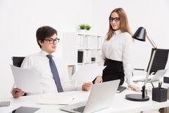 επιχειρηματίας και επιχειρηματίας στην αρχή Στοκ εικόνες με δικαίωμα ελεύθερης χρήσης