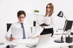 επιχειρηματίας και επιχειρηματίας στην αρχή Στοκ Εικόνες