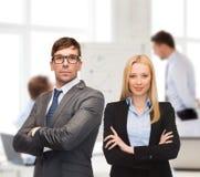 Επιχειρηματίας και επιχειρηματίας στο μέτωπο της ομάδας Στοκ εικόνα με δικαίωμα ελεύθερης χρήσης