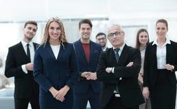 Επιχειρηματίας και επιχειρησιακή γυναίκα που στέκονται μπροστά από την επιχειρησιακή ομάδα Στοκ Φωτογραφίες