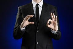 Επιχειρηματίας και θέμα χειρονομίας: ένα άτομο σε ένα μαύρο κοστούμι και ένα άσπρο πουκάμισο που παρουσιάζουν χειρονομίες με τα χ Στοκ φωτογραφία με δικαίωμα ελεύθερης χρήσης