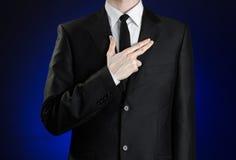 Επιχειρηματίας και θέμα χειρονομίας: ένα άτομο σε ένα μαύρο κοστούμι και ένα άσπρο πουκάμισο, έβαλε το χέρι του στο στήθος του ως Στοκ φωτογραφία με δικαίωμα ελεύθερης χρήσης