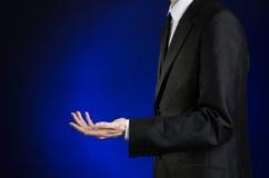 Επιχειρηματίας και θέμα χειρονομίας: ένα άτομο σε ένα μαύρο κοστούμι και ένα άσπρο πουκάμισο που παρουσιάζουν χειρονομίες με τα χ Στοκ εικόνα με δικαίωμα ελεύθερης χρήσης