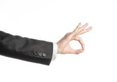 Επιχειρηματίας και θέμα χειρονομίας: ένα άτομο σε ένα μαύρο κοστούμι και ένα άσπρο πουκάμισο που παρουσιάζουν χειρονομία χεριών σ Στοκ φωτογραφία με δικαίωμα ελεύθερης χρήσης