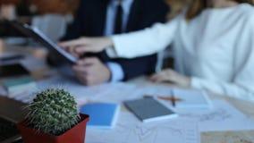 Επιχειρηματίας και επιχειρηματίας κινηματογραφήσεων σε πρώτο πλάνο με την ταμπλέτα στο γραφείο φιλμ μικρού μήκους