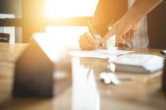 Επιχειρηματίας και κτηματομεσίτης που υπογράφουν ένα έγγραφο για τη διαπραγμάτευση σπιτιών, Στοκ εικόνες με δικαίωμα ελεύθερης χρήσης
