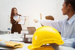 Επιχειρηματίας και μηχανικός ομαδικής εργασίας στον καφέ υπαίθριο με το lap-top ομο Στοκ εικόνες με δικαίωμα ελεύθερης χρήσης