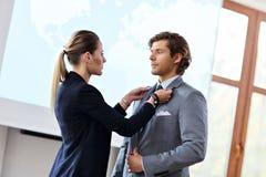 Επιχειρηματίας και ο βοηθός του που προετοιμάζονται για τη διάσκεψη Στοκ φωτογραφία με δικαίωμα ελεύθερης χρήσης