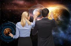 Επιχειρηματίας και επιχειρηματίας πέρα από το διάστημα Στοκ φωτογραφία με δικαίωμα ελεύθερης χρήσης