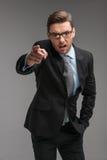Επιχειρηματίας 0 και που φωνάζει πέρα από το απομονωμένο γκρίζο υπόβαθρο Στοκ Φωτογραφίες