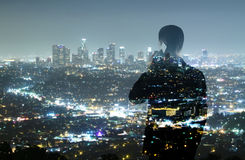 Επιχειρηματίας και πόλη νύχτας στοκ εικόνες