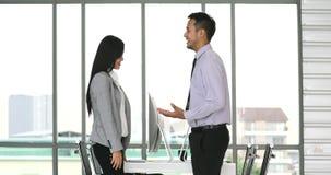 Επιχειρηματίας και στάση και ομιλία επιχειρηματιών απόθεμα βίντεο