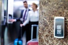 επιχειρηματίας και επιχειρηματίας στον ανελκυστήρα με τα κουμπιά στοκ φωτογραφία με δικαίωμα ελεύθερης χρήσης