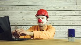 Επιχειρηματίας κλόουν που εργάζεται στο γραφείο φιλμ μικρού μήκους