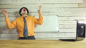 Επιχειρηματίας κλόουν που εργάζεται στο γραφείο απόθεμα βίντεο