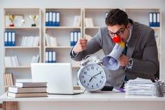 Επιχειρηματίας κλόουν στο γραφείο που ματαιώνει με megaphone Στοκ Εικόνες