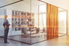 Επιχειρηματίας κοντά στην πανοραμική αίθουσα συνεδριάσεων στοκ φωτογραφίες με δικαίωμα ελεύθερης χρήσης