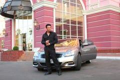 Επιχειρηματίας κοντά στο αυτοκίνητο πολυτέλειας Στοκ Εικόνες