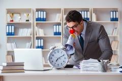 Επιχειρηματίας κλόουν στο γραφείο που ματαιώνει με megaphone Στοκ φωτογραφία με δικαίωμα ελεύθερης χρήσης
