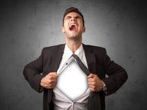 Επιχειρηματίας λυσσασμένος από το πουκάμισό του με το άσπρο copyspace στο στήθος Στοκ Εικόνες