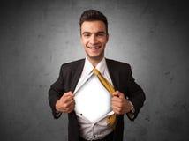 Επιχειρηματίας λυσσασμένος από το πουκάμισό του με το άσπρο copyspace στο στήθος Στοκ φωτογραφία με δικαίωμα ελεύθερης χρήσης