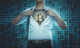 Επιχειρηματίας λυσσασμένος το πουκάμισό του ανοικτό για να αποκαλύψει το εικονίδιο Bitcoin στο che Στοκ φωτογραφία με δικαίωμα ελεύθερης χρήσης