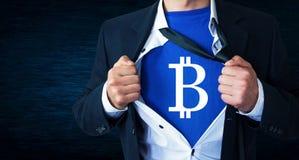 Επιχειρηματίας λυσσασμένος το πουκάμισό του και παρουσίαση bitcoin νομίσματος Στοκ φωτογραφίες με δικαίωμα ελεύθερης χρήσης