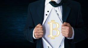 Επιχειρηματίας λυσσασμένος το πουκάμισό του και παρουσίαση bitcoin νομίσματος Στοκ φωτογραφία με δικαίωμα ελεύθερης χρήσης
