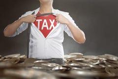 Επιχειρηματίας λυσσασμένος το πουκάμισό του που παρουσιάζει φορολογικό κείμενο στο στήθος του Στοκ Εικόνες