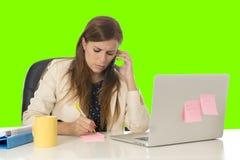 Επιχειρηματίας μέσα στο γραφείο υπολογιστών γραφείων που μιλά στο κινητό τηλέφωνο στην πράσινη βασική οθόνη χρώματος Στοκ εικόνα με δικαίωμα ελεύθερης χρήσης