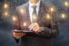 Επιχειρηματίας με έναν πίνακα ελέγχου στο υπόβαθρο των δολαρίων δικτύων Στοκ Εικόνα