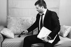 Επιχειρηματίας με έναν φάκελλο των εγγράφων Στοκ εικόνα με δικαίωμα ελεύθερης χρήσης