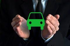 Επιχειρηματίας με ένα εικονικό σύμβολο αυτοκινήτων Στοκ εικόνα με δικαίωμα ελεύθερης χρήσης