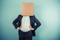 Επιχειρηματίας με ένα κιβώτιο στο κεφάλι του Στοκ Φωτογραφίες