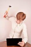 επιχειρηματίας με ένα σφυρί και ένα lap-topη Στοκ εικόνα με δικαίωμα ελεύθερης χρήσης