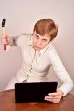 επιχειρηματίας με ένα σφυρί και ένα lap-topη Στοκ φωτογραφία με δικαίωμα ελεύθερης χρήσης