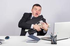 Επιχειρηματίας με ένα σύνολο χαρτοφυλάκων των χρημάτων στα χέρια Στοκ Φωτογραφίες
